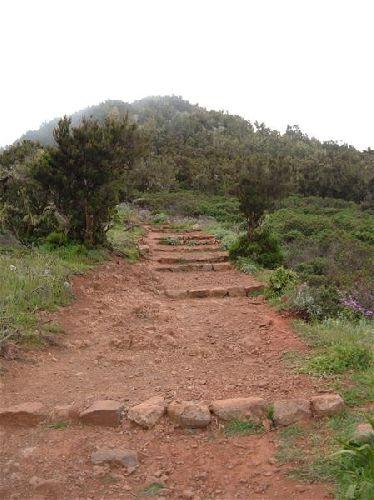 rote Treppe als wegmarkierung